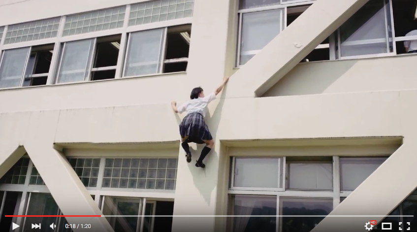 遲到了該怎麼辦? 來看高中女生的好功夫! 從教室外牆爬到三樓再進到教室內